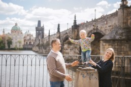 Фотосессия для семьи в Праге в апреле на фоне Карлова Моста