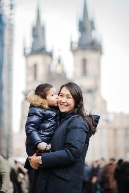 Фотосессия с ребенком на Староместской площади в Праге.