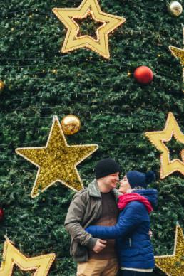 Новогодняя фотосессия в Праге. на фоне рождественской елки