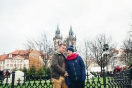 На Староместкой площади на фоне Тынского храма. Фотограф в Праге.
