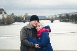 Фотограф в Праге снял портрет влюбленных на фоне реки Влтавы.