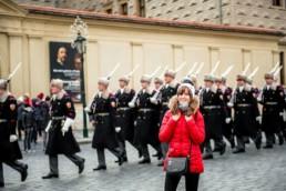 Портрет девушки в Праге на фоне чешских солдат в парадной форме. Смена караула на Градчанской площади.