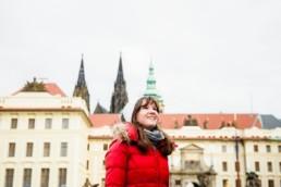 Портрет девушки в Праге с видом на Пражский Град и пики Собора Святого Вита.