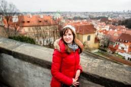 Портрет девушки в Праге с видом на красные крыши.