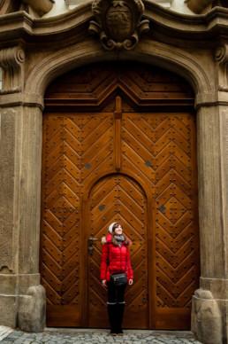 Красивые старые ворота Мала Страна.