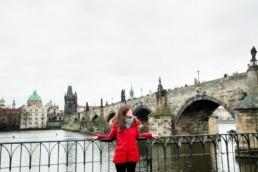 Фотосессия на набережной на фоне Карлова моста в Праге.
