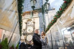 Прага на рождество фото. Фотосессия на Староместской площади на фоне пражских курантов. Это средневековые башенные часы. На нашем сайте вы можете заказать фотосессию. Основные достопримечательности Праги.