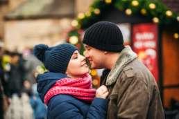 Рождественская романтическая атмосфера с красивыми огоньками и новогодними украшениями. Фотосессия в Праге на Рождество и Новый год