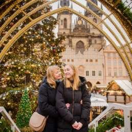 Рождественская арка. Главная елка на Староместской площади. На заднем фоне Тынский храм и ярмарка. Фотосессия в Праге на Рождество и Новый год