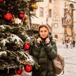 Еще одна елка на Староместской площади. На заднем плане Пражские куранты (орлой) и Тынский храм. Фотосессия в Праге на Рождество и Новый год