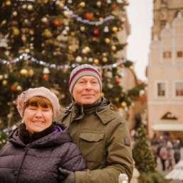На фоне главной елки. Фотосессия в Праге на Рождество и Новый год