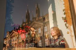 Отдых в Праге на Новый год. Портрет в кафе. Староместская площадь. Новогодняя ярмарка.