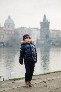 Мальчик на фоне Карлова моста в Праге.