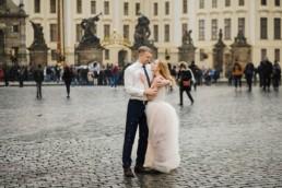 Фотосессия в свадебных нарядах на Градчанской площади.