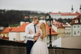 Фотосессия в Праге в свадебных нарядах с вдом знаменитые красные крыши в Праге.
