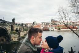 Фотосессия на фоне Карлова моста в Праге. Портрет. Love Story. Видны Пражский Град и река Влтава.
