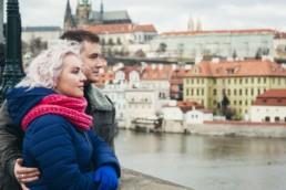 Портрет на Карловом мосту на фоне Пражского Града и реки Влтавы.