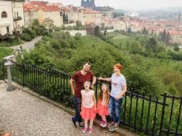 Фотограф в Праге, вид на Прагу и красные крыши, Пражский Град, забронировать фотосессию