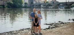 Фотограф в Праге на набережной Влтавы, Карлов Мост, семейная фотосессия
