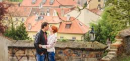 Фотограф в Праге на фоне красных крыш, семейная фотосессия