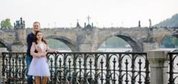 Фотограф в Праге на фоне Карлова Моста, фотосессия для двоих