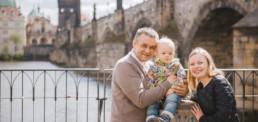 Фотограф в Праге Карлов Мост, семейная фотосессия с ребенком