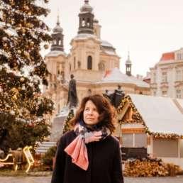 Главная елка на Староместской площади. На заднем плане ярмарка, памятник Яну Гусу и Церковь Святого Николая. Фотосессия в Праге на Рождество и Новый год